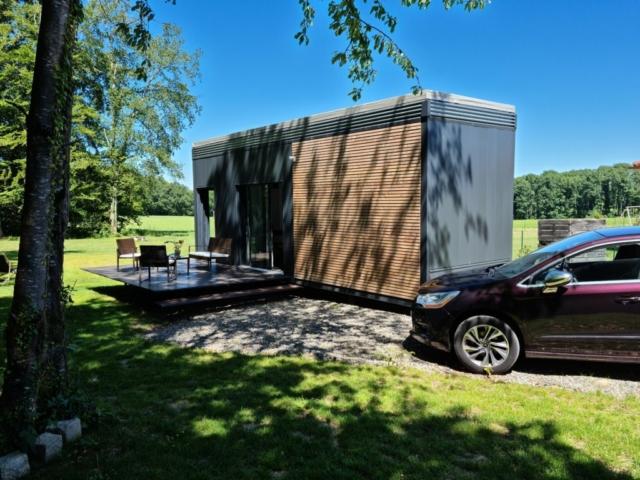 L'alliance du bardage acier, lisse très contemporain et le bardage bois monté en claire-voie, porte l'édifice à un haut niveau architectural.